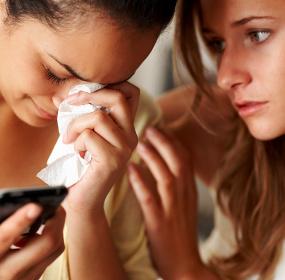 Девушки утешает подругу