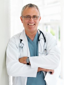 Улыбающийся доктор со стетоскопом